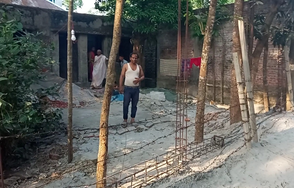 আদালতের নিষেধাজ্ঞা উপেক্ষিত ফরিদগঞ্জে অসহায় পরিবারের জায়গা দখল করে সীমানা প্রাচীর নির্মাণ