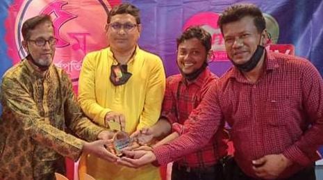 কুমিল্লা টিভি পঞ্চম বর্ষপূর্তি ও প্রতিনিধি সম্মেলন, চাঁদপুরের শ্রেষ্ঠ প্রতিনিধি কৌশিককে সম্মাননা ক্রেস্ট প্রদান